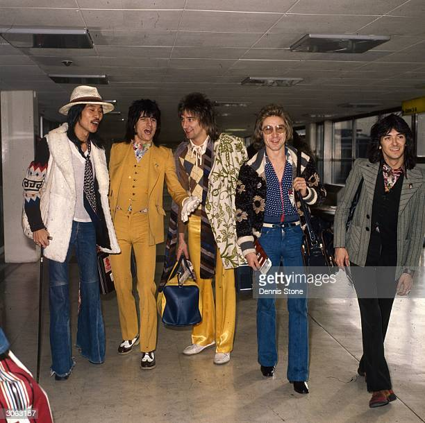Rod Stewart with the Faces at London Airport. From left to right are: Tetsu Yamauchi, Ron Wood, Rod Stewart, Kenny Jones, and Ian McLagan.