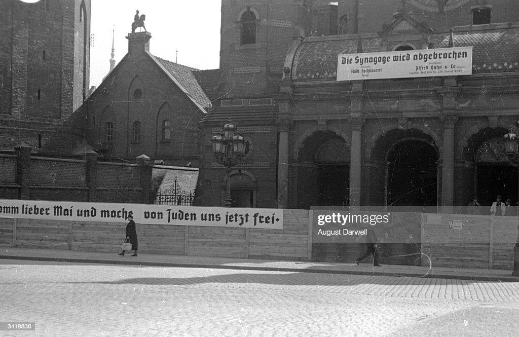 Synagogue Slogan : News Photo
