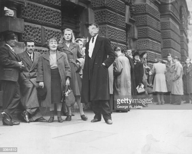 People queuing outside the Old Bailey London for entrance to the public gallery for the trial of Neville George Clevely Heath accused of murdering...