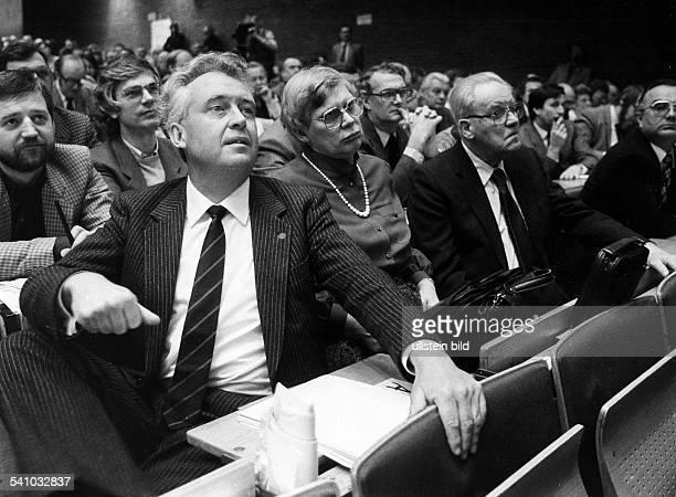 Politiker, SPD, DLandesparteitag der Berliner SPD:In Erwartung seiner Nominierung zumSpitzenkandidaten für die Wahl zum BerlineSenat 1985rechts...
