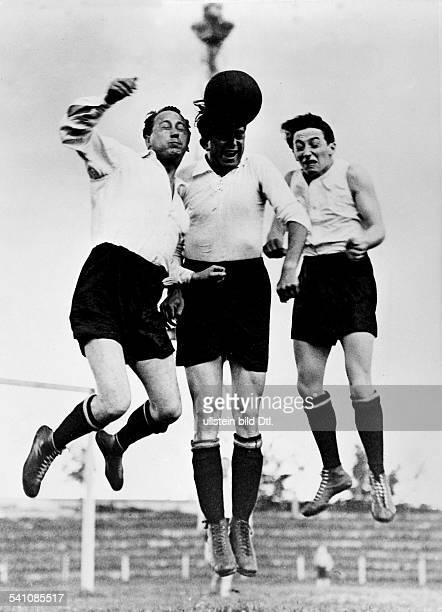 *25061890Illustrator Zeichner Karikaturist MalerTheo Matejko Trier und Siegfried Arno bei einem Fussballspiel 1930