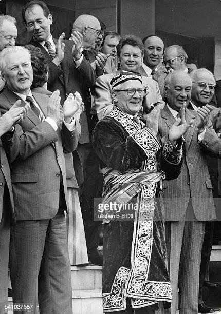 *Poliker SED DDRErster Sekretär des ZK der SED 19711989 Staatsratsvorsitzender 19761989bei einem Besuch in der Siedlung eines usbekischen Kolchos v l...