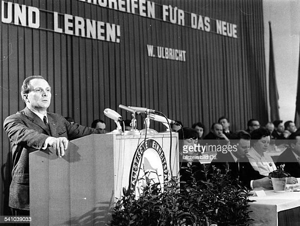 *Poliker SED DDRErster Sekretär des ZK der SED 19711989 Staatsratsvorsitzender 19761989bei einer Rede auf der Kundgebung imChemiewerk Leuna II...