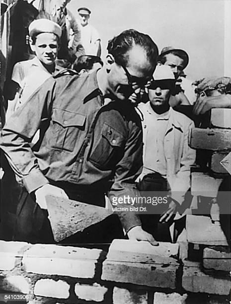 *Poliker SED DDRErster Sekretär des ZK der SED 19711989 Staatsratsvorsitzender 19761989der Erste Sekretär des Zentralrates der FDJ besucht...
