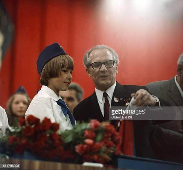 *Politiker SED DDRErster Sekretär des ZK der SED 19711989 Staatsratsvorsitzender 19761989 auf dem VIII Parteitag mit einem Pionier im Gespräch 15