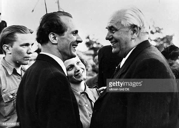 *Politiker SED DDRErster Sekretär des ZK der SED 19711989Staatsratsvorsitzender 19761989Honecker im Gespräch mit demPräsidenten der DDR Wilhelm...