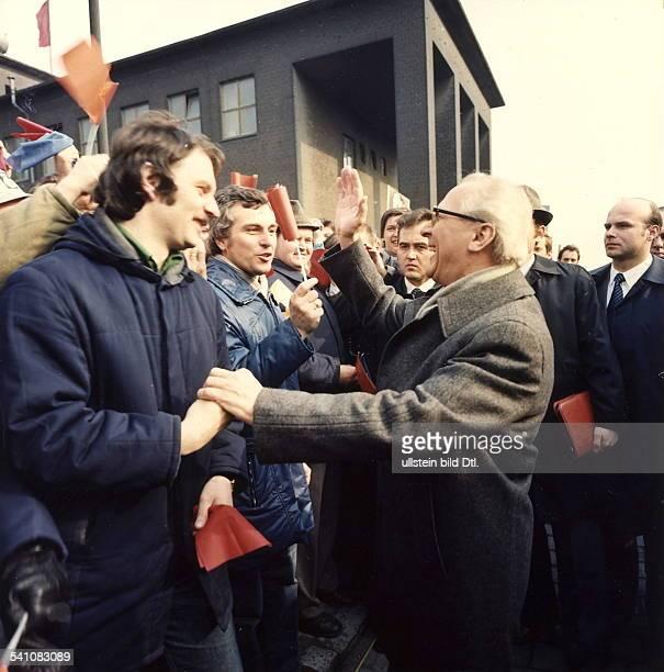 Politiker SED DDRErster Sekretär des ZK der SED 19711989Staatsratsvorsitzender 19761989im Gespräch mit Arbeitern des VEB Buna
