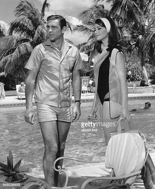 *Schauspieler Grossbritannienals James Bond mit Claudine Auger bei Aussenaufnahmen im Coral Harbour Club zum Film 'Feuerball' 1965