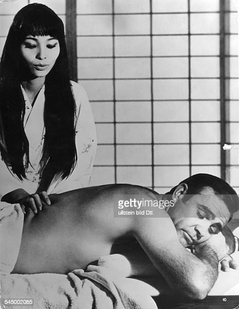 *Schauspieler Grossbritannienmit Akiko Wakabayashi im James Bond Film 'Man lebt nur zweimal' 1964