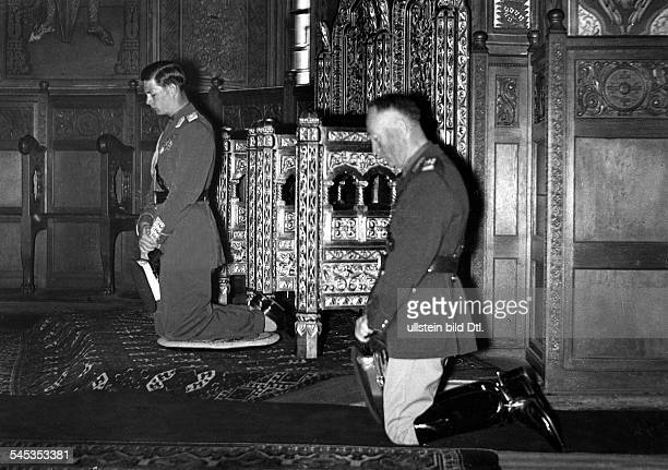 *König 19271930 und 19401947kniet mit dem neuen rumänischen Staatschef General Antonescu nach der Eidesleistung zum Gebet nieder