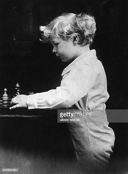 *König von Rumänien 19271930sowie 19401947versucht sich als Vierjähriger im Schachspiel 1925