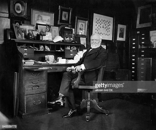 *25111835Industrialist USA Portrait at his desk Vintage property of ullstein bild