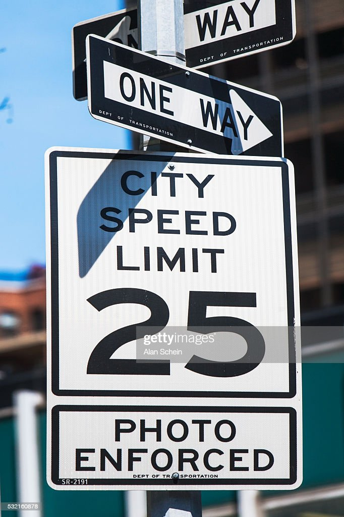 25mph sign , one way arrows : Stock Photo