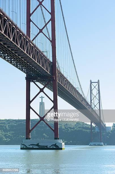 25th april bridge - lisbon - statua di cristo re foto e immagini stock
