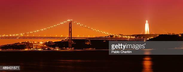 25th april bridge - statua di cristo re foto e immagini stock