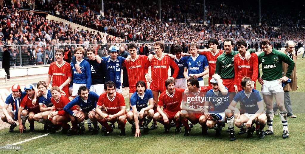 25th March 1984. Wembley, London. Milk Cup Final. Both sides pose for the cameras following their draw in the Merseyside derby. : ニュース写真