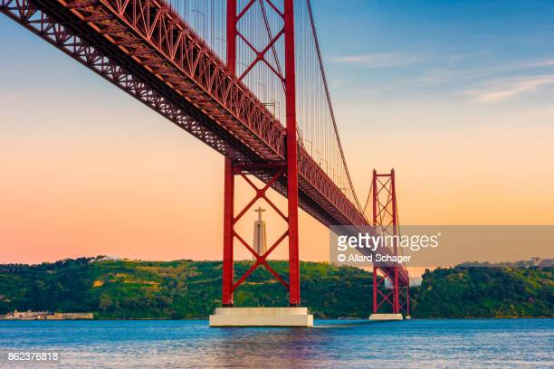 25th of april bridge lisbon portugal at sunset - provincie lissabon stockfoto's en -beelden