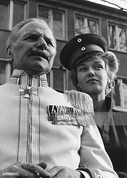 Schauspielerin Dmit Helmut Gmelin in`Der Hauptmann von Köpenick'Regie Helmut Käutner 1956