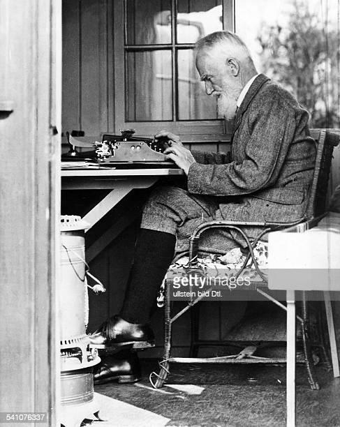 *26071856Schriftsteller Irlandarbeitet in seinem Gartenhaus 1929