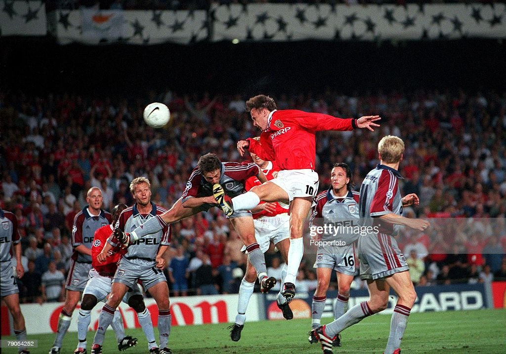 26th MAY 1999. UEFA Champions League Final. Barcelona, Spain. Manchester United 2 v Bayern Munich 1. Manchester United's Teddy Sheringham outjumps Bayern defenders to the head the ball onto teammate Ole Gunnar Solkskjaer who scored the winning goal deep i : News Photo