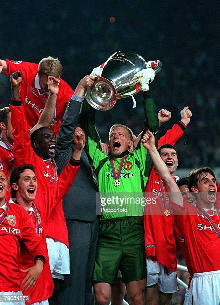 26th MAY 1999 UEFA Champions League Final Barcelona Spain Manchester United 2 v Bayern Munich 1 Manchester United captain Peter Schmeichel holds the...