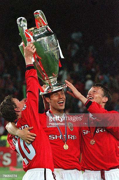 26th MAY 1999 UEFA Champions League Final Barcelona Spain Manchester United 2 v Bayern Munich 1 Manchester United's Ronny Johnsen wears the trophy on...