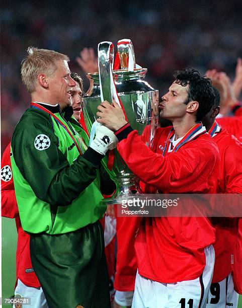 26th MAY 1999 UEFA Champions League Final Barcelona Spain Manchester United 2 v Bayern Munich 1 Manchester United's Ryan Giggs kisses the trophy as...