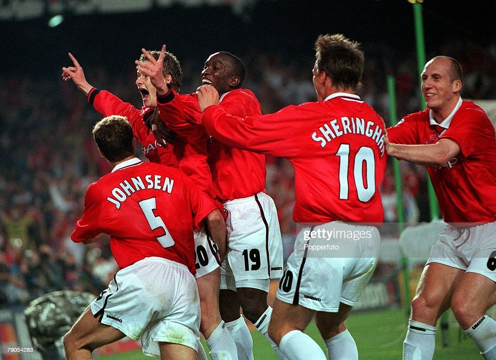 26th MAY 1999. UEFA Champions League Final. Barcelona, Spain. Manchester United 2 v Bayern Munich 1. Manchester United's Ole gunnar Solskjaer is mobbed by teamates after scoring the winning goal deep into injury time : Photo d'actualité