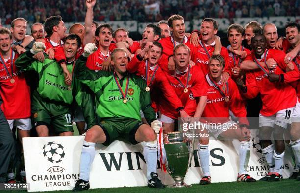 26th MAY 1999 UEFA Champions League Final Barcelona Spain Manchester United 2 v Bayern Munich 1 The Manchester United team celebrate with European...