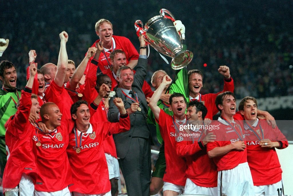 26th MAY 1999. UEFA Champions League Final. Barcelona, Spain. Manchester United 2 v Bayern Munich 1. Manchester United team with manager Alex Ferguson celebrate with the trophy following their win : News Photo