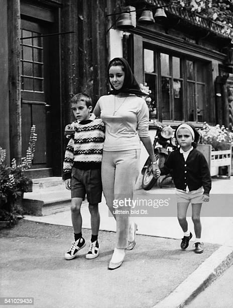Schauspielerin, USAmit Sohn Michael und Tochter Liz in Gstaad- Ende 1950er Jahre