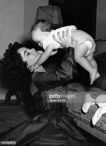 *Schauspielerin USAspielt mit ihrem Sohn Michael Howard Wilding