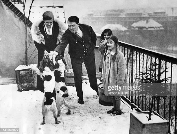 *27121896Schriftsteller DFamilie Zuckmayer auf dem Dach ihrerWohnung in BerlinSchöneberg linksEhefrau Lizzie rechts TochterWinnetou 1928Aufnahme...