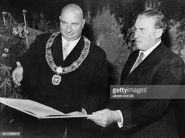 *27121896Schriftsteller DZuckmayer erhält den GoethePreis vom Frankfurter Oberbürgermeister Kolb
