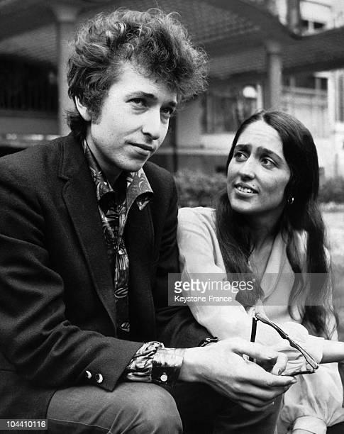 Bob DYLAN and Joan BAEZ in Embankment Gardens London