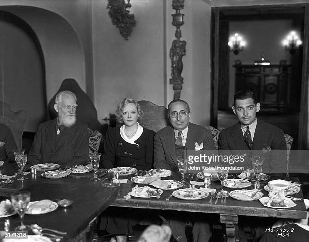 From left to right playwright George Bernard Shaw actress Marion Davies producer Louis B Mayer and actor Clark Gable share a table at a dinner in...