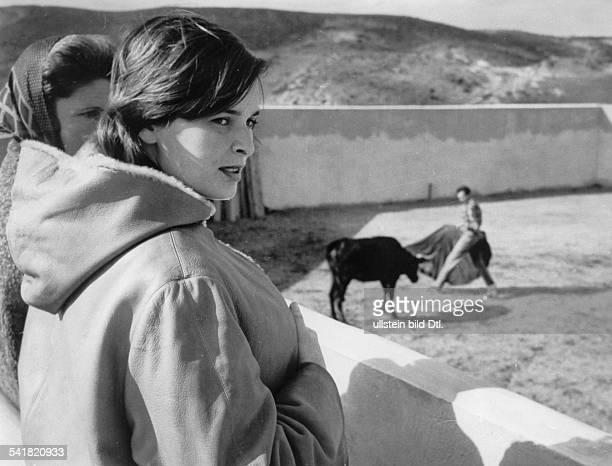 * Schauspielerin Italien im Hintergrund ihr Ehemann derspanische Stierkämpfer Luis MiguelDominguin in der Arena oJ erschienenin der BZ vom