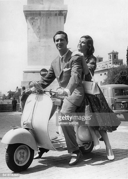 1931Schauspielerin, Italien- mit ihrem Ehemann, dem spanischenStierkämpfer Luis Miguel Dominguin aufeinem Motorroller in Rom- o.J. , erschienenin der...
