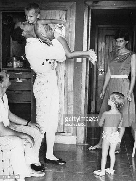 1931Schauspielerin, Italien- mit ihrem Ehemann, dem StierkämpferLuis Dominguin und den gemeinsamenKindern- o.J. , erschienenin der BZ vom