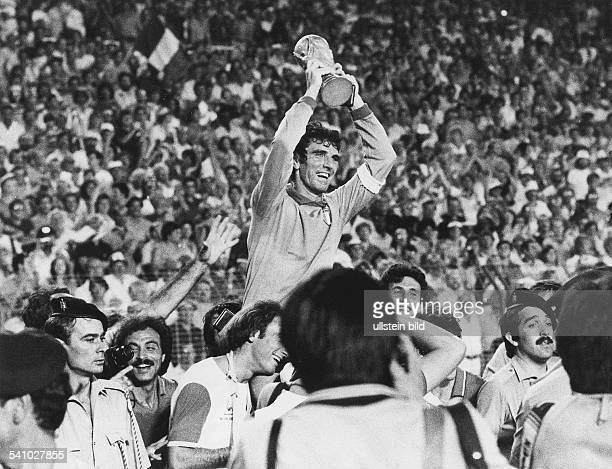Fussballspieler , Italien- nach dem Sieg imFussballweltmeisterschaftsturnier inSpanien mit dem Pokal.12.7.1982