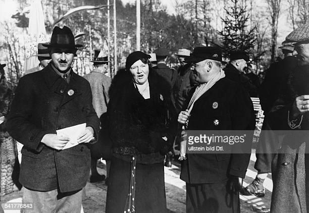 1949Halbschwester von Adolf Hitler, Mutter von Hitlers Nichte 'Geli' als Zuschauerin bei einer Heeresskimeisterschaftwohl Anfang der 30er Jahre