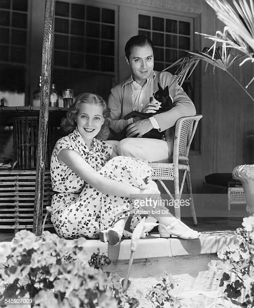 *28081899Schauspieler Frankreich/USAmit seiner Ehefrau der englischen Schauspielerin Pat Paterson vor ihrem Wohnhaus in Hollywood USA veröff BZ