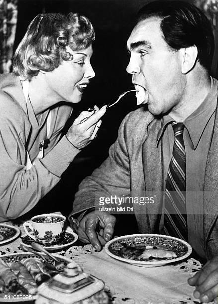 Boxsportler Dlässt sich von seiner Frau Anni Ondrabeim Essen füttern Juli 1954