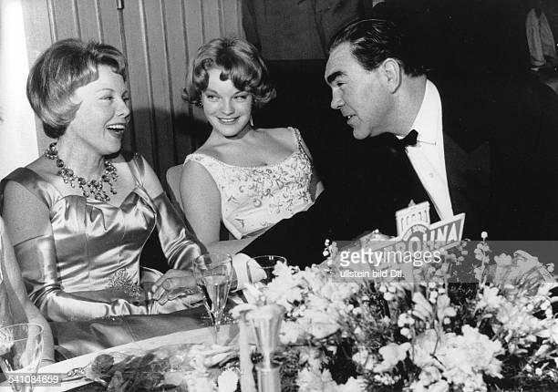 *Sportler Unternehmer Dmit seiner Frau Anni Ondra und der Schauspielerin Romy Schneider auf dem Filmball im Hotel Hilton Berlin Februar 1959