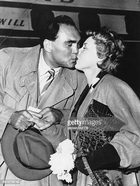 *Sportler Unternehmer Dverabschiedet sich von seiner Frau Anni Ondra auf dem Flughafen Hamburg mit einem Kuss