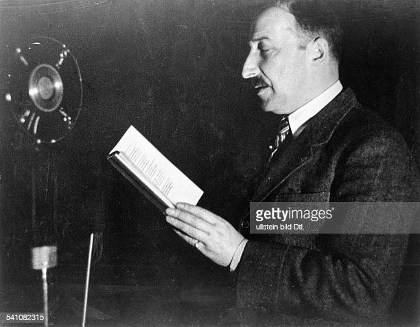 *28111881Schriftsteller Österreichbespricht eine Schallplatteum 1930