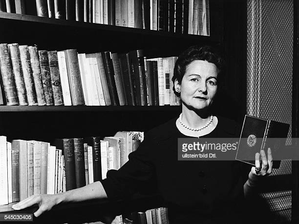 Schriftstellerin, GBPorträt in ihrer Wohnung in Paris- 1960
