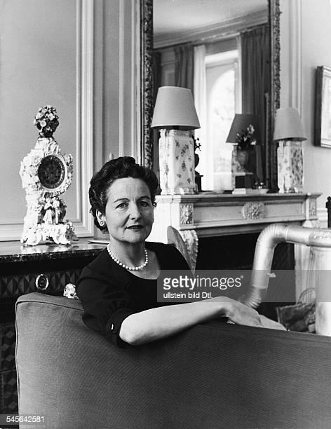 Schriftstellerin, GBPorträt in ihrer Wohnung in Paris- 1956