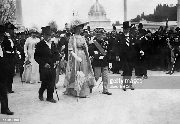 11111869 König von Italien seit 1936 Kaiser von Abessinienseit 1939 König von Albanien mit Königin Elena bei der Eröffnung derInternationalen...