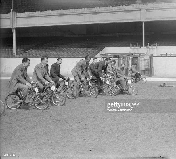 L to R Arsenal footballers Don Roper Reg Lewis Smith Doug Lishman Denis Compton Archie Macaulay Laurie Scott and Alex James race up the pitch at...